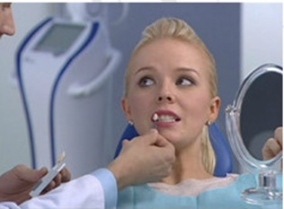 Осмотр пациента у стоматолога.