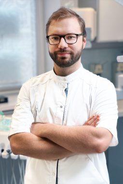 Врач-стоматолог 1-й квалификационной категории Русецкий Александр Юрьевич
